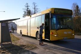 Tarvasjoella bussit kulkevat harvakseltaan ja vuorot on suunniteltu koululaisten tarpeisiin.