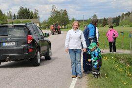 Turuntien kapeus ja valaistuksen puute huolettavat Meeri ja Aatu Vanhataloa ja muita tienvarren asukkaita.