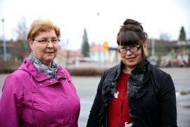 Virpi Virta (vas.) ja Kirsti Numminen kutsuvat uusia vapaaehtoisia mukaan ystäväpalveluun.