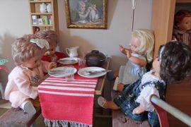 Dollytex-nukeilla on menossa päivälliset.