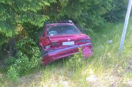 Peräänajettu auto lensi pitkälle ojaan. Kuva: Simo Päivärinta
