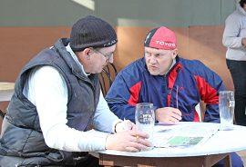 Arvin kaverit Mara (Raimo Särkijärvi) ja Roope (Pasi Lepistö) pohtivat syntyjä syviä neuvoa-antavien ääressä.
