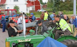 Vanhojen traktoreiden pörinä houkutteli Auran Valintatalon pihaan ihailijoita. Vanhimmat traktorit olivat noin 60-vuotiaita.