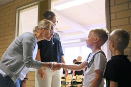 Opettaja Sirpa Riikonen-Mialon ja erityisopettaja Hanna-Leena Nurmi toivottivat Kaarle Vesalan tervetulleeksi kouluun.