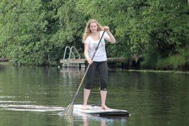 Hanna Enroth yllättyi Yläneenjoen hienoudesta ja suppailun hauskuudesta Pyhäjärven suojelutempauksessa lauantaina. –Ei tämä olekaan niin vaikeaa, miltä näyttää.