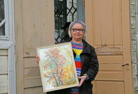 Harrastajataiteilija Raija Turtola toi kesänäyttelyyn useampia teoksia. Yksi niistä on vuonna 1993 tehty Ruskapihlaja-akvarellimaalaus.
