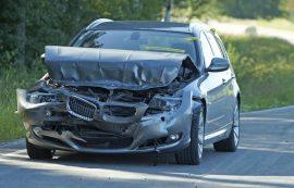 Henkilöauto vaurioitui pahoin kuljettajan törmättyä peräkärryyn. Kuva: Simo Päivärinta