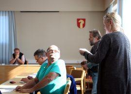Tiina Siivonen luki valtuutetuille vetoomuksen allekirjoittaneiden nimiä.