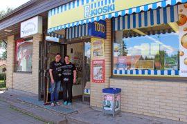 Kyrön R-kioskin ovet olivat keskiviikkona avoinna viimeistä päivää. Auli ja Tarja Kantola siirtyvät R-kauppiaiksi Auraan.