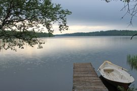 """Outi Lintuahon kuvassa """"Kesäsateella Suomussalmella"""" pisarat rummuttavat järven pintaa."""