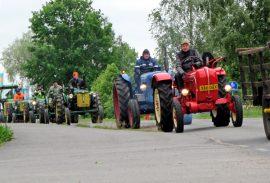Vuonna 2014 traktorit huristivat Aurasta Liedon Nautelankoskelle. Tänä vuonna mennään Riihikoskelle. Kuva: Kiti Salonen.