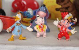 Hyllyn reunalla seisovat pikkuiset hahmot ovat tuttuja saduista ja sarjakuvista. Kuva: Kiti Salonen