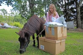 Ihaastuksessa ahkeroi koko Humalajoen perhe. Tamara-poni ja Riina-tytär varmistavat, että asiakkaiden paketit lähtevät postiin 1-2 päivän kuluessa tilauksesta.