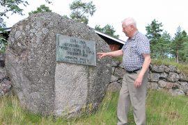 Kalervo Mäkinen näyttää paikkaa, johon menneiden sukupolvien kiven uusi muistolaatta kiinnitetään.