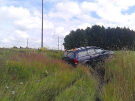 Kymppitien ojaanajossa katkesi liikennemerkki, mutta henkilövahingoilta vältyttiin. Kuva: Simo Päivärinta.