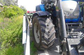 Traktorin perässä ollut työkone takertui sillankaiteeseen. Kuva: Simo Päivärinta.