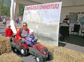 Lauri, Tanja ja Veera Vestit parkkeerasivat Oripään kunnan osaston selfievarikolle.