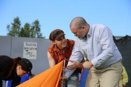 Leirin vetäjä Kake opastaa matematiikan opettaja Sepiä teltan kokoamisessa.
