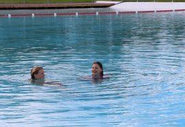 Siiri Nero ja Erin Vanhatalo viihtyvät altaassa vilpoisinakin päivinä.