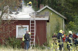 Palokunta joutui purkamaan osan saunan katosta. Kuva: Simo Päivärinta
