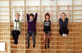 Miia Lehtonen, Heli Koivulahti, Joanna Tuominen ja  Anni Lipasti pitävät  Mustanojan kyläkoulun jumppasalia ihanteellisena paikkana kyläjumpparyhmille.