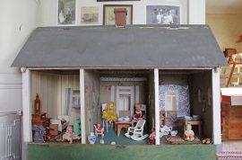 Muun muassa Ari Vilénin pitämä Veräjänkorvan museo osallistuu Varsinais-Suomen museopäivään sunnuntaina. Veräjänkorvan museossa pääsee tutustumaan entisajan leluihin, kuten 1920-luvulta peräisin olevaan nukkekotiin. Kuva: Kiti Salonen