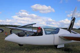 Pekka Hänninen lentää moottorilla varustetulla purjelentokoneella matkaa.