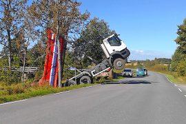 Kuorma-auton kuljettaja joutui odottamaan kuorman purkua hytissään. Kuva: Simo Päivärinta