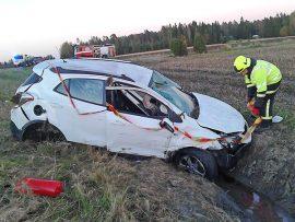 Kolarissa loukkaantunut ajoi autoa, joka suistui törmäyksen voimasta tieltä. Kuva: Simo Päivärinta.