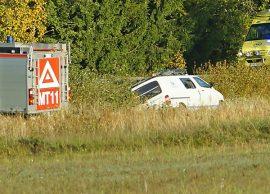 Pakettiauto kellahti ojan puolelle Salontiellä. Kuva: Simo Päivärinta.
