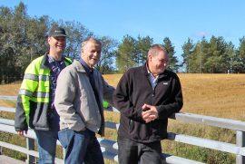 Pöytyän Auvainen kuuluu niihin alueisiin, joissa on mahdollisia liittyjiä siirtoviemäriin. Puhon sillan Aurajokimaisemissa tekninen johtaja Tarmo Rantanen, rakennustarkastaja Orvo Hellström ja johtava rakennustarkastaja Jussi Lehto.