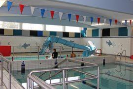 Uiminen loppui Tarvashovin uimahallissa, mutta jatkuu nimenmuutoksen myötä Tarvasjoen uimahallissa. Kuva on elokuun uimakoulusta.