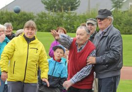 Tarmo Ahti, 101, saatteli kuulan komeassa kaaressa kentän pintaan. Antti Kesälä varmisti, ettei mies lähde kuulan mukana.