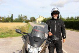 Marttilalainen Martti Rannikko toivoo, että mahdollisimman moni motoristi pysähtyisi viikonloppuna tien poskeen.