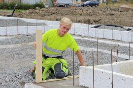 Eero Pulkkinen työskentelee nyt aliurakoitsijana paritalotyömaalla. Vuorossa on sokkelin muurauksen valmistelu.
