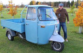 Ape palvelee Olli Kotajaa kuljetusajossa kotinurkilla, mutta toisinaan hän päräyttää sillä myös ajoneuvotapahtumiin.