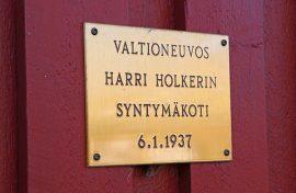 Oripäässä riittää historiaa ja merkkihenkilöitä. Valtioneuvos Harri Holkeri kuuluu Oripäässä syntyneisiin merkkihenkilöihin. Holkerin synnyinkodin seinää koristaa tästä kertova laatta.