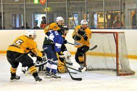 K-67:n maalilla oli ruuhkaa, kun TarU Hockey pisteli lauantaisessa kotiottelussa parastaan. Kuva: Markku Pönni