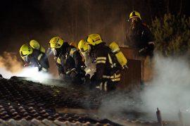 Puolet vesikatosta tuhoutui palossa. Kuva: Simo Päivärinta