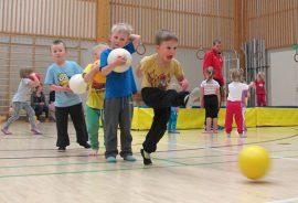 Aleksi Salminen tykittää pallon maaliin. Omaa vuoroaan odottavat Eetu Koskela, Valtteri Toivonen ja Joni Haapanen.