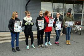 Auran yhtenäiskoulun 8B-luokan oppilaita jalkautui lukemaan Seitsemän veljestä -kirjaa Aleksis Kiven päivän kunniaksi.