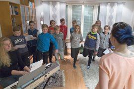 Joukkueenjohtaja Katri Tuomisen olohuone on viikoittain täyttynyt joululauluja treenaavasta jääkiekkojoukkueesta. Kuva: Marika Suuronen