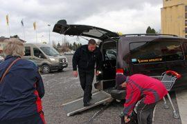 Kyröön on tulijoita toripäivisin. Kari Rutanen kyyti Kaija Kuneisen ja Eila Mattilan Kumilasta kauppa-asioille viime keskiviikkona.