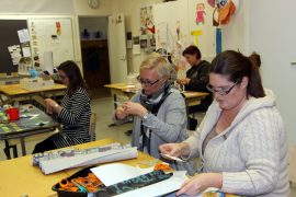 Koulun myyjäistalkoisiin osallistuneet Katja Simola ja Maija Haltsonen toivovat kunnan löytävän säästöjä jostain muualta kuin Kirkonkulman koululta.