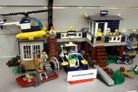 Esillä olevat Legot on nimikoitu ja numeroitu alkuperäisten numerosarjojen mukaisesti.
