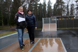 Anne Mäkelä ja Kirsti Keskitalo iloitsevat Marttilan Murron aikaansaannoksista kuten skeittipuistosta. Keskitalo ja Mäkelä luotsaavat 110-vuotiasta seuraa kohti tulevaa.
