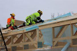 Kosken päiväkoti valmistuu hieman poikkeuksellisella tavalla, sillä katto rakennetaan mahdollisimman valmiiksi ennen kuin rakennuksen runkoakaan on tehty. Sami Åkerblomin ja Jarmo Sirenin olivat  kattohommissa keskiviikkona.