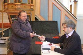Yläneläinen Merja Aaltonen käytti äänioikeutensa Oripään kirkossa sunnuntaina. Mikko Nurmi ojensi Aaltoselle äänestyslipun. Kuva: Kiti Salonen