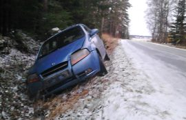 Henkilöauto ajoi ulos Salontieltä perjantaina iltapäivällä. Kuva: Simo Päivärinta.