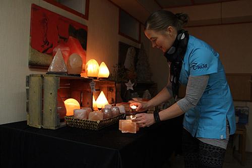 Tunnelmaa kristallisuolalyhdyillä. Auralaisen Tuisa-yrityksen Sade-sarjan tuotteissa kristallisuola on keskeinen ainesosa. Sade-sarjan tuotteet valmistetaan helsinkiläisessä biokosmetiikkalaboratoriossa. – Suolaa on käytetty ihonhoidossa tuhansia vuosia, yrittäjä Tuija Karabulut kertoo. Ihonhoidon lisäksi kristallisuolaa voi käyttää ruuanlaitossa ja esimerkiksi valaisimissa. Asko Virtanen, Auranmaan Viikkolehti.